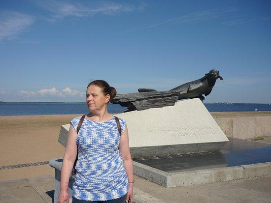 Monument To the Seal - the Savior of Citizens of Arkhangelsk and Leningrad: Памятник тюленю на набережной. Раннее утро, почти ни кого нет. Образ тюленя с грустинкой.