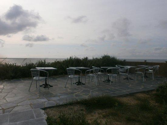 La Pecherie   terrasse au bout du jardin. La Pecherie   chambre le cormier  un lit 160 sur 200 ... a1933184a3ff