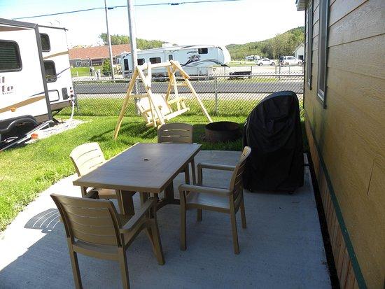 Cabine Pour 4 Patio Avec Table Chaises Balancoire Et Barbecue