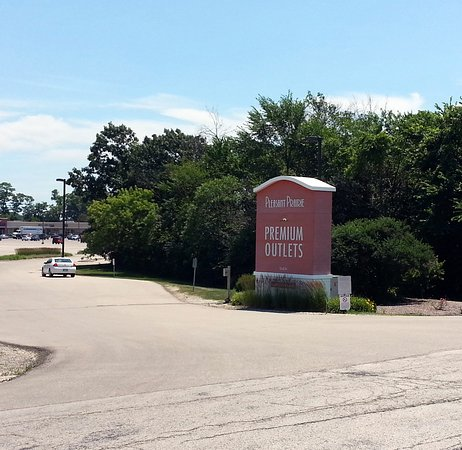 Pleasant Prairie Premium Outlets: smaller signs at the individual parking lots