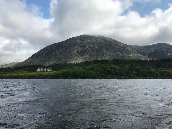 Lough Inagh Lodge: The view of the Lodge Inagh from the Lough.