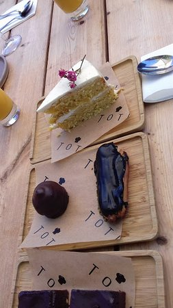 Little Eccleston, UK: So many good cakes o choose from