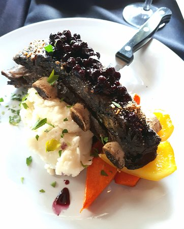Salmon n' Bannock Bistro: Flavourful bison ribs - yum!