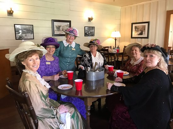 Wolf Creek, OR: Members of the historical society joined us for our grand opening April 1, 2018