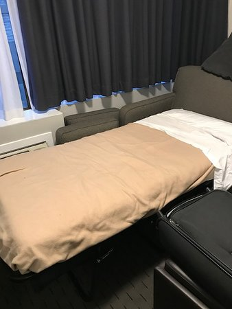 Sandman Hotel Vancouver City Centre: 'Quad Room' sofa bed which was expected to sleep 2 adults