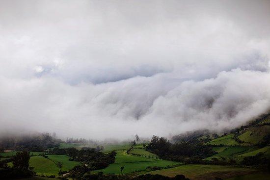Valle de Nono cubierto por niebla.