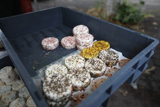 Il est possible d'acheter les fromages de chèvres sur le marché de Givry