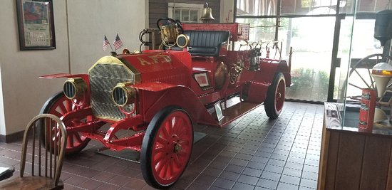 Anderson, Carolina del Sur: Classic fire truck, glass and beam from the twin towers in Ny