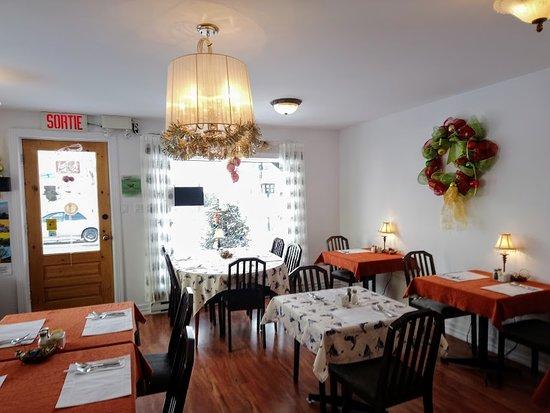 Petite salle à manger intime - Picture of Demen-Ciel Resto-Boutique ...