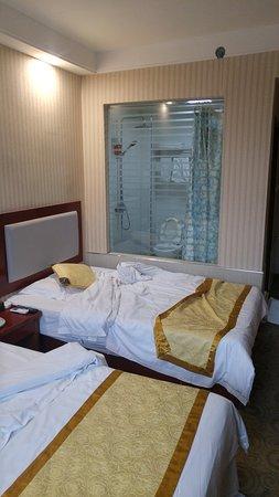 """Shiyan, China: Chambre au """"deuxième"""" (premie) étage, face rue"""