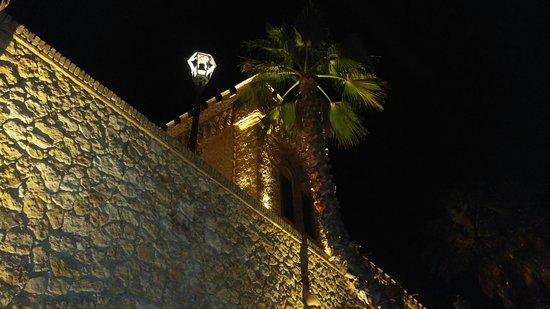 Joppolo Giancaxio, Italien: La struttura illuminata a tarda ora