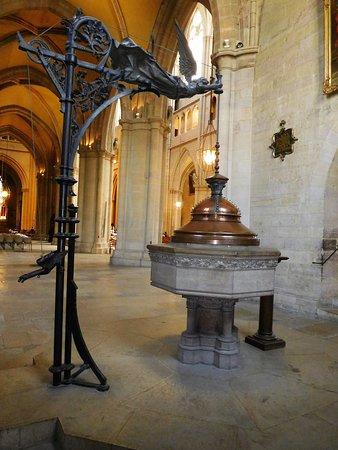Cathédrale Saint-Bénigne de Dijon: les fonds baptismaux