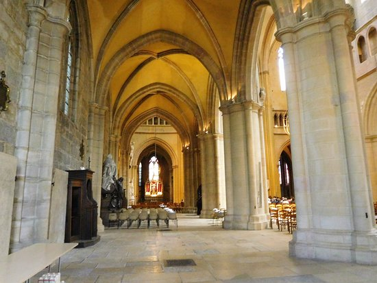 Cathédrale Saint-Bénigne de Dijon: piliers et voûtes