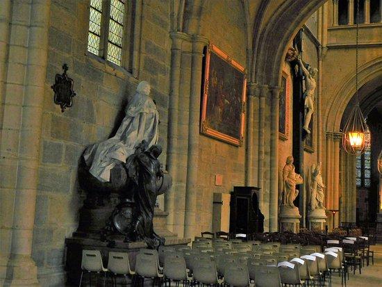 Cathédrale Saint-Bénigne de Dijon: intérieur et statues