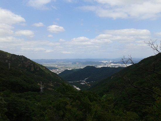 Gumi, كوريا الجنوبية: Vue sur Gumi depuis la grotte surplombant le temple