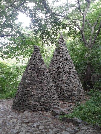 """Gumi, South Korea: De beaux """"tap"""" en pierre parsèment le chemin dans la forêt"""
