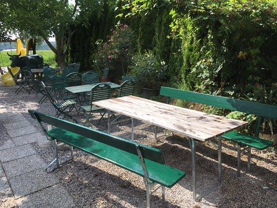 Anthering, Austria: Lauschiger Biergartenteil