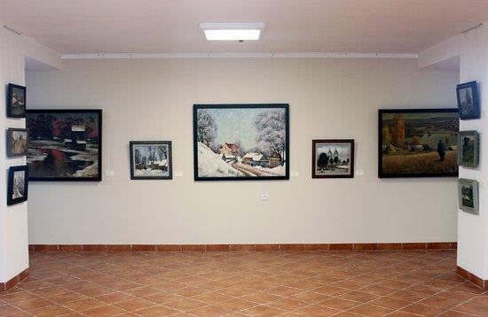 Новогрудок, Беларусь: Внутренний интерьер первого зала галереи. Экспозиция раннего периода творчества художника