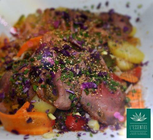 Rôti de boeuf en salade, légumes croquants, herbes fraîches et graines de Sésame