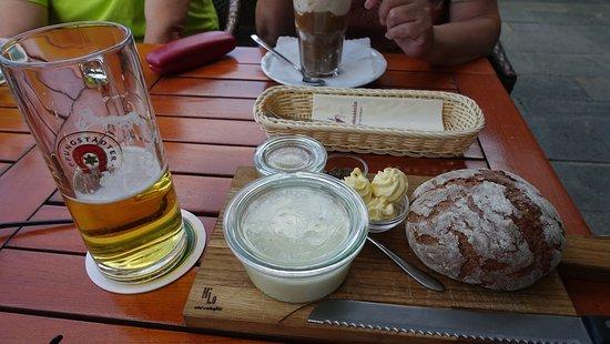 Muhltal, Alemanha: Brotzeit mit Kochkäse Zwiebeln Butter und Kümmel