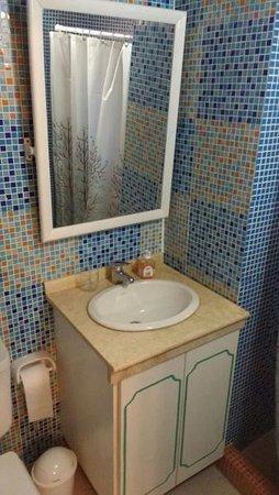 Every room has a private bathroom. Todas las habitaciones con baño privado