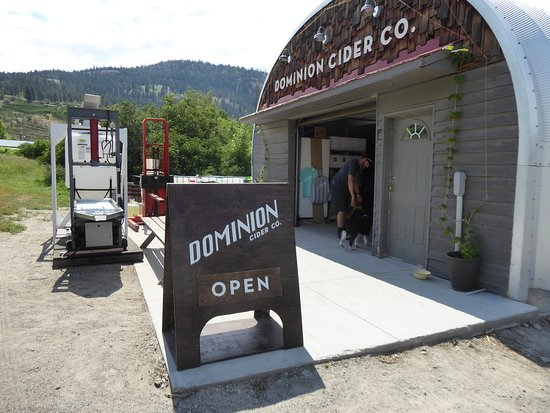 Summerland, Kanada: quonset hut tasting area.