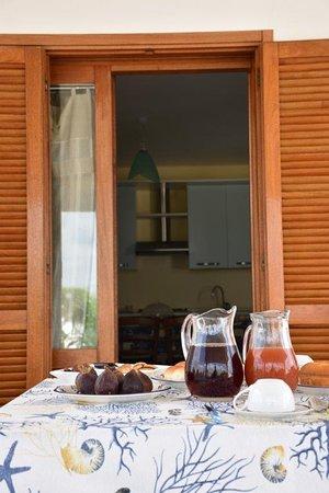 Sanarica, Olaszország: Terrazza esterna e sala interna attrezzata con frigorifero