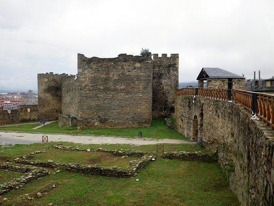 Castillo de los Templarios: Castello templario di Ponferrada: la spianata interna.