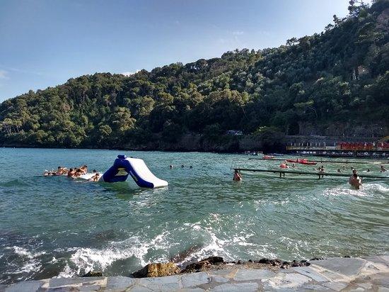 Playa de Baia de Paraggi. Sector de acceso público