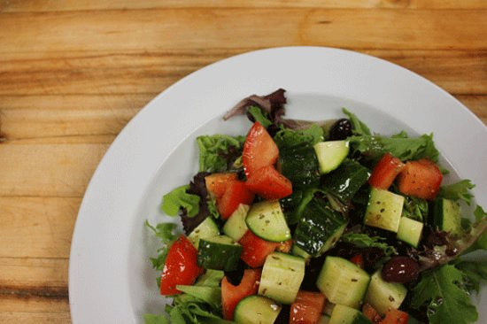 Calabogie, Kanada: The Greek Salad can be made vegan by removing the cheese (as seen here).