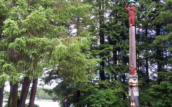 Totem Bight State Historical Park: Totem near waters edge