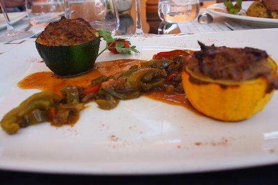 Ampuis, França: Courgettes farcies à l'agneau et petits légumes.