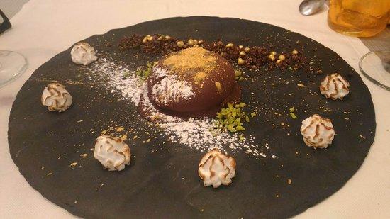 Il Posto: Pistacchio ricoperto di cioccolato con terriccio di cacao e pepite d'oro