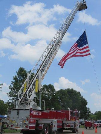 Gillett, Ουισκόνσιν: Huge flag hoisted over Zippel Park for Independence Day festivities