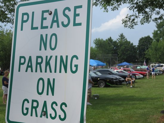 Gillett, Ουισκόνσιν: A bit of irony, with dozens of car show participants parked on the grass in Zippel Park!