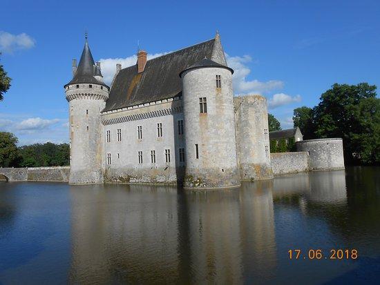 Sully-sur-Loire, França: Precioso castillo del Loira, edificado sobre el agua.