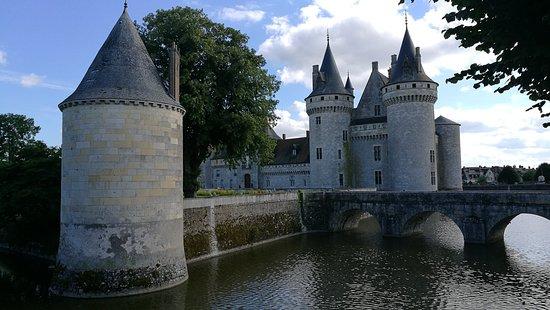 Sully-sur-Loire, França: El foso inundado de agua, le protege de agresiones exteriores, tanto en la época de su construcc