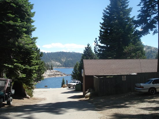 Pioneer, Καλιφόρνια: Road from cabins to lake and lodge.