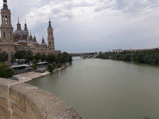 El Ebro: Vista desde el lado izquierdo del puente de piedra