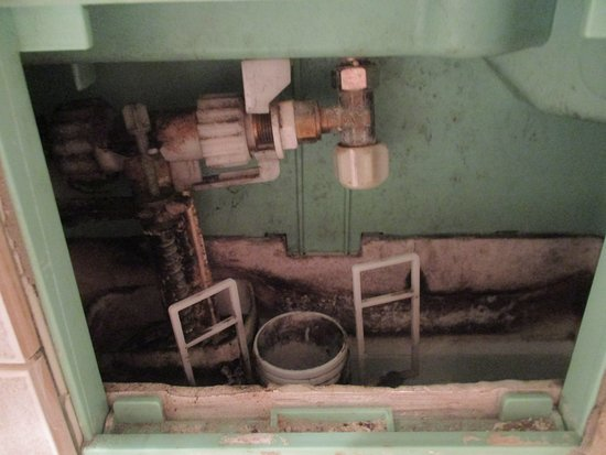 Hotel Boronali: I had to manually pull the levers up to flush the toilet throughout my stay as it was faulty
