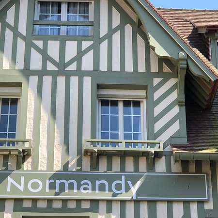 There's no barrier between the Barrière Normandy and the Planches de Normandie