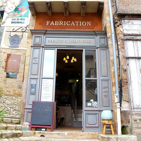 Terrasson-Lavilledieu, Γαλλία: Her atelier/shop as walk from the old bridge.