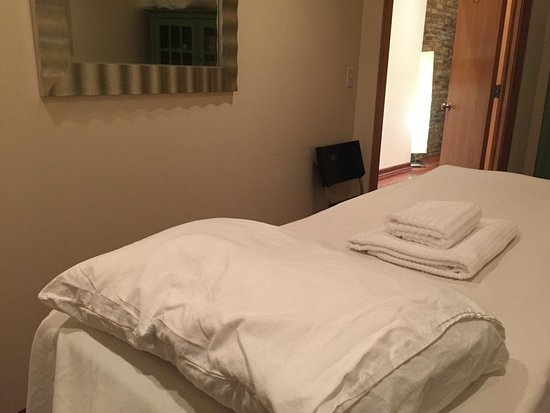 Chicago, IL: Midwest Acupuncture Group treatment room