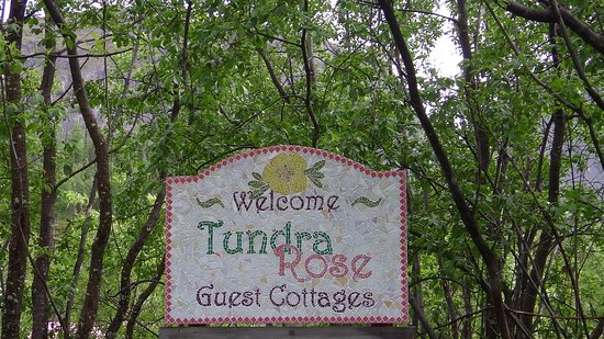 Tundra Rose Guest Cottages: Entrance, big welcome feeling