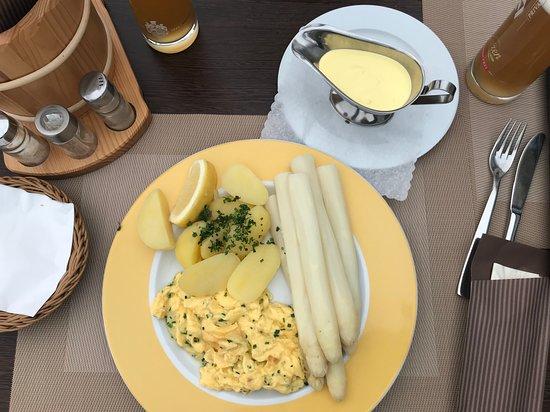 Креммен, Германия: Spargel mit frischen Kartoffeln und Kräuterrührei