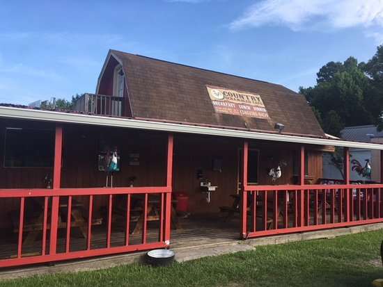 Splendora, TX: The exterior; easy to get to , right off 59N