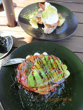 Pohara, New Zealand: Delicious! Corn fritters & Eggs Benny