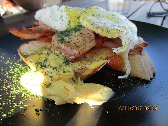 Pohara, Nueva Zelanda: Eggs Bene with Bacon