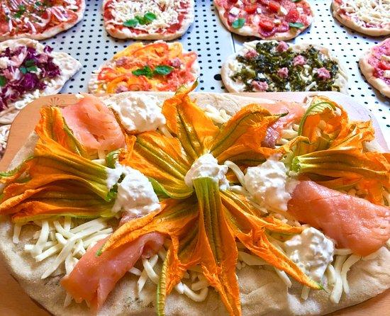 Onomastici e compleanni - Pinsa-al-salmone-e-fiori