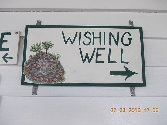 Applewood Farmhouse Grill: wishing well at Applewood grill